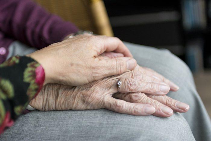 Zu sehen sind die Hände einer Seniorin. Die Hand einer jüngeren Person liegt darauf. Körperliche Nähe kann ein Videoanruf nicht ersetzen, aber er hilft gegen Einsamkeit. Bild: Pixabay/Sabine van Erp