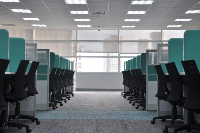 Das Bild zeigt ein leeres Großraumbüro. Alle Mitarbeitern bleiben wegen des Coronavirus im Home Office. Bild: Unsplash/kate.sade