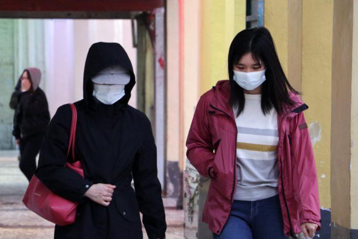 Das Bild zeigt zwei Frauen mit Mundschutz, der sie vor eine Infektion vor dem Coronavirus schützen soll. Anstatt mit dem Coronavirus nur im echten Leben konfrontiert zu werden, nutzen Hacker die Angst jetzt ebenso aus. Die Exe-Datei der Coronavirus Karte bringt Malware. Bild: Unsplash/Macau Photo Agency