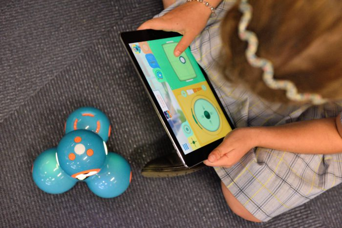 Aus der Vogelperspektive ist ein Mädchen mit einem Tablet zu sehen. Es geht um das Thema Homeschooling. Bild: Unsplash/stem.T4L