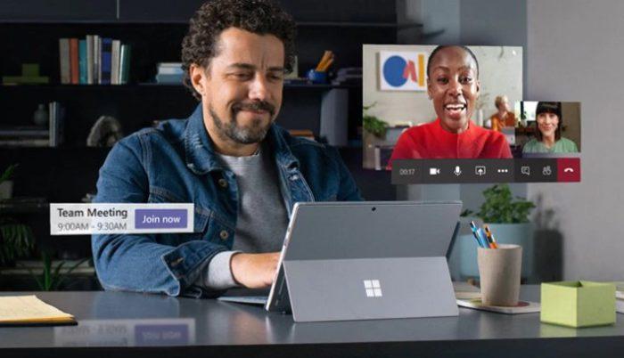 Zu sehen ist ein Mann am Schreibtisch. Er tätigt einen Videocall mit einer Frau über Microsoft Teams. Bild: Screenshot Microsoft