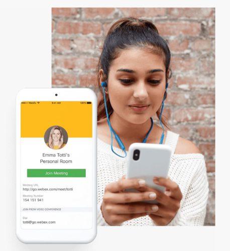 Zu sehen ist eine junge Frau mit Handy und In-Ear-Kopfhörern. eingeblendet ist auch ein Display mit einem Webex-Videocall. Bild: Screenshot Webex
