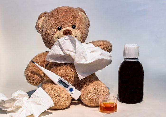 Teddy mit Thermometer, Taschentüchern und Hustensaft - dank Kry bleibt der Gang zum Arzt erspart. Bild: Pixabay
