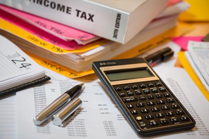 Home Office absetzen: Steuerprogramm, Rechner, Stifte. Bild: Pixabay