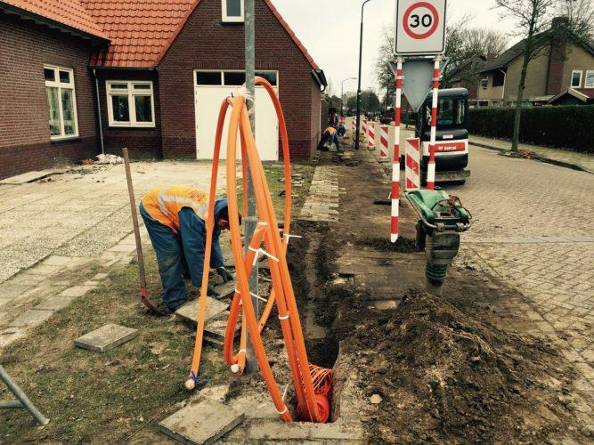 Netzausbau in Deutschland: Das Bild zeigt die Glasfaser-Verlegung im Zuge des Netzausbaus. Bild: Pixabay/Anna Verschraagen