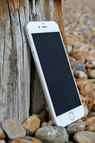 Älteres iPhone an eine Holzwand gelehnt, bekommt iOS-Update. Bild: Pixabay