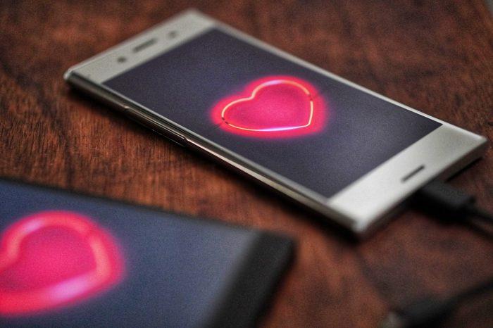Zwei Handys mit Herz im Display_Tinder-Match. Bild: Pixabay