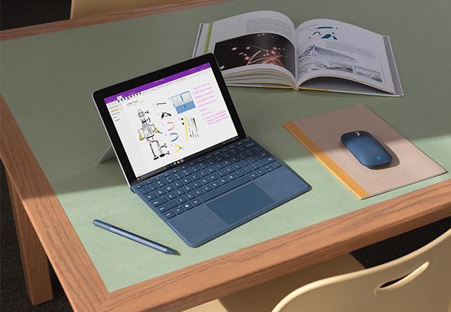 Surface-Gerät auf Schreibtisch - sie gehören zu den ersten, die das Windows-10-Update 2004 bekommen. Bild: ©Microsoft