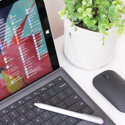 Das Bild zeigt einen Computer mit Windows 10, nicht Windows 11. Bild: Unsplash/Andrew Mantarro