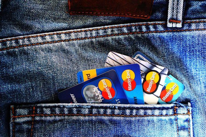 Jeanshosentasche mit vier Mastercard-Kreditkarten symbolisiert das Karte gesperrt ist. Bild: Pixabay