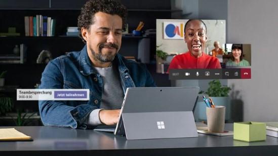 Das Bild zeigt einen Mann, der eine Microsoft-Teams-Besprechung hat. Das Tool bietet Vorteile für die Unternehmenskommunikation. Bild: Screenshot Microsoft