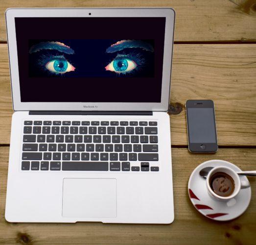 Laptop mit Augen als Monitor, Kaffee und Handy auf dem Tisch. Bild: Pixabay