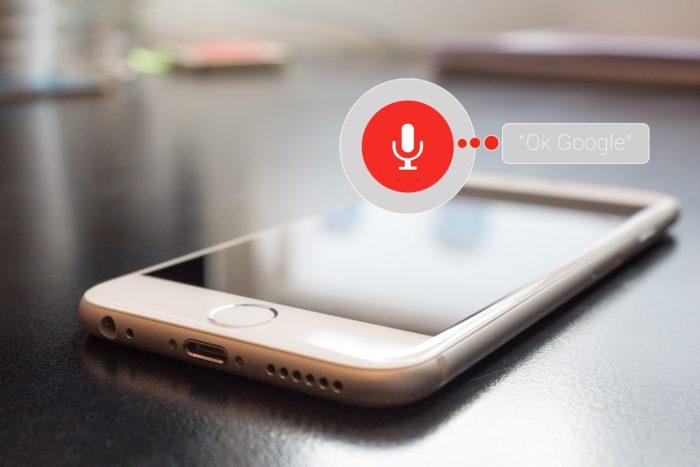 Digitale Sprachassistenten: Smartphone auf Tisch mit aktiviertem Sprachaufnahme-Symbol. Bild: Pixabay