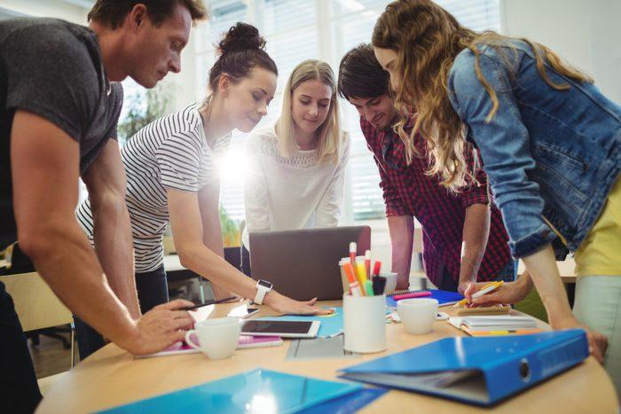 Ransomware: Eine Gruppe Menschen im Büro um einen Laptop versammelt. Bild: Pixabay