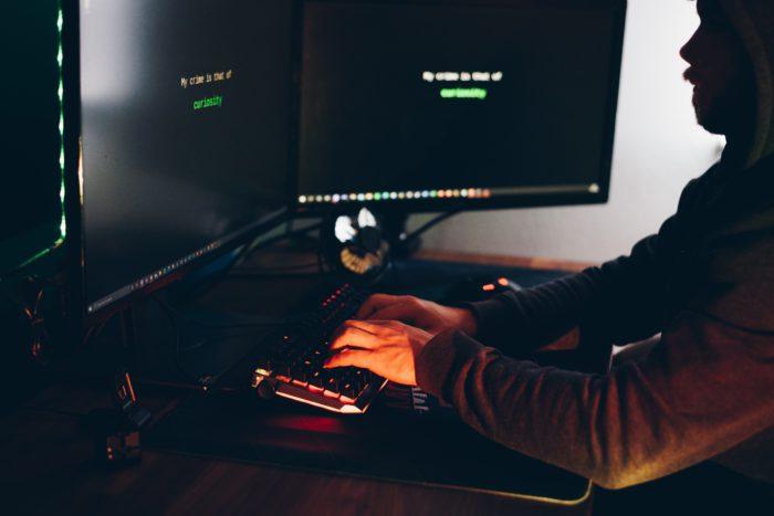 Sicherheits-Apps. Mann versucht einen Computer zu hacken. Bild: Pexels