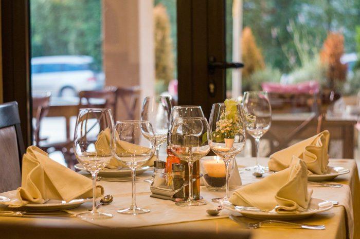 Gedeckter Tisch im Restaurant. Bild: Pixabay