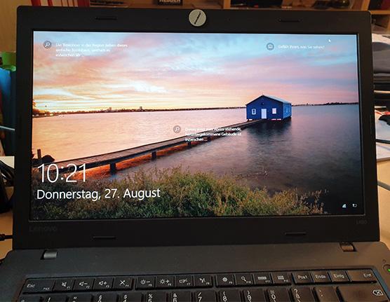 Windows 95: Foto eines Laptops mit Windows 10-Startbildschirm. Bild: PC-SPEZIALIST