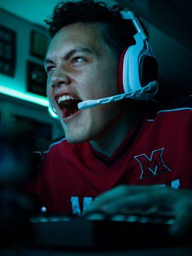 Auf Twitch streamen: Junger Mann mit Headset schreit in den Computer. Bild: Unsplash_Mark Decile