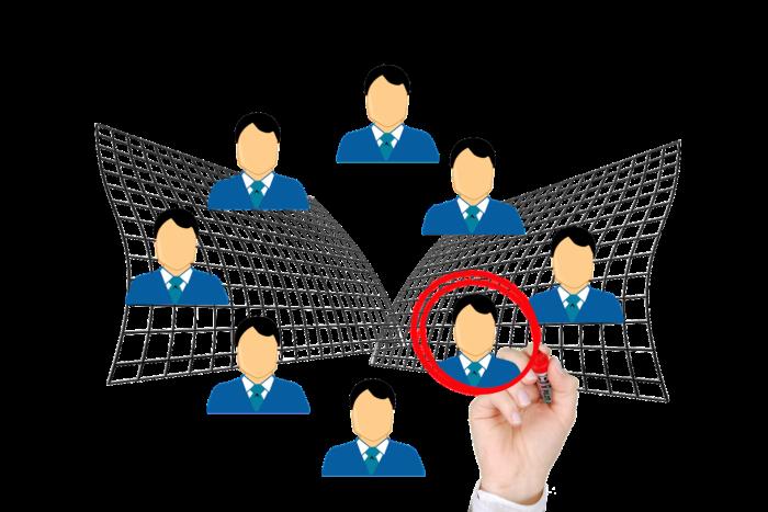 Personalrecruiting: acht Köpfe von Bewerbern, aber nur einer ist eingekreist. Bild: Pixabay