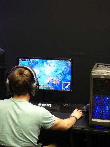 Junger Mann, Ansicht von hinten, sitzt vorm Computer und spielt. Bild: Pixabay