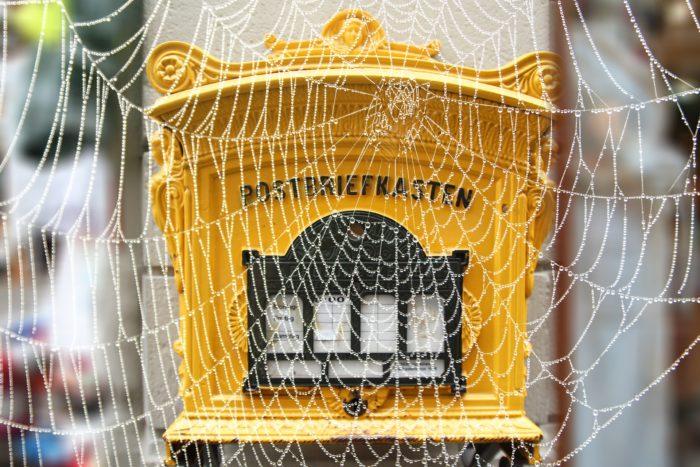Briefkasten mit Spinnennetz - Post nachsenden. Bild: Pixabay