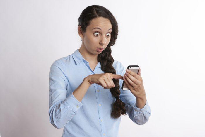 WhatsApp-Fehler: Frau schaut mit schreckgeweiteten Augen auf Ihr Smartphone. Bild. Pixabay