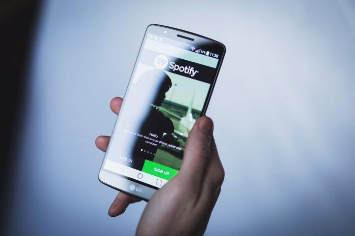 Handy in der Hand, auf dem Display Spotify. Bild: Pixabay