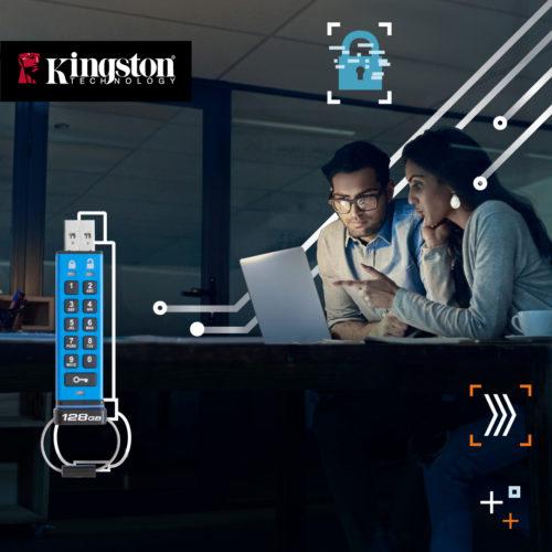 Zwei Personen sitzen an einem Laptop und arbeiten mit einem USB Stick. Dank DT2000 sind die Daten sicher. Bild: ©Kingston