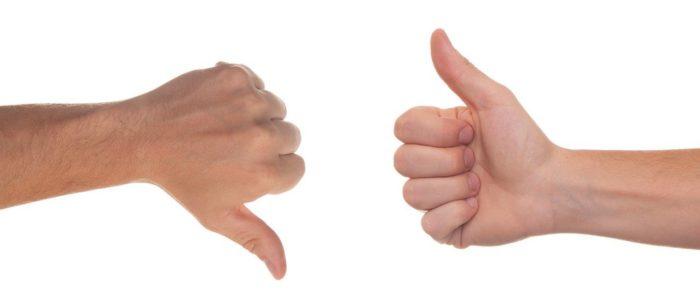 Zwei Hände - Daumen hoch, Daumen runter. Bild: Pixabay