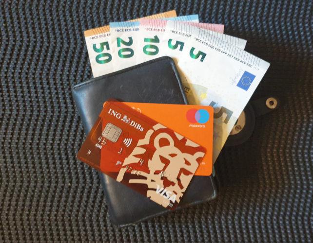 Portemonnaie mit Bargeld und zwei EC-Karten. Bild. PC-SPEZIALIST