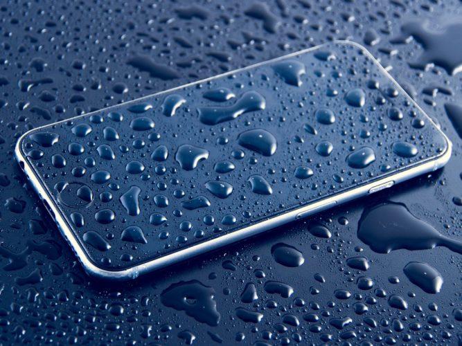 Handy mit Wassertropfen. Bild: Pixabay