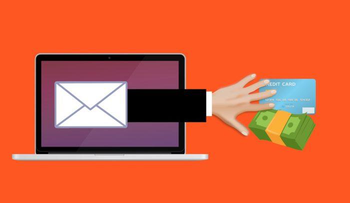 Symbolische Bild für Phishing: Grafische Darstellung eines Laptops mit einem Briefumschlags aus dem eine Hand herauskommt und Geld und Karte greift. Bild: Pixabay