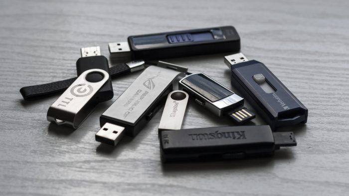 Sichere USB-Sticks: Mehrere verschiedene USB-Sticks auf einem TIsch. Bild: Pixabay