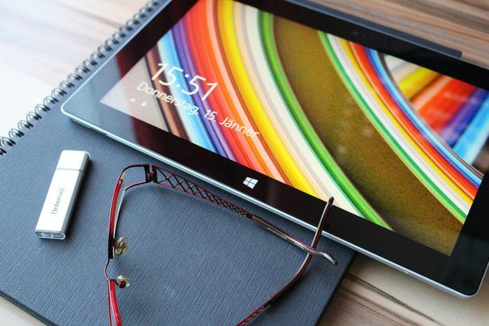 Sichere USB-Sticks: Tisch mit Tablet, Brille und Stick. Bild: Pixabay