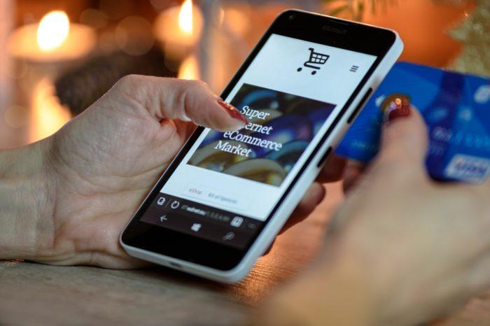 Frau mit Handy kauft online ein. Bild: Pixabay