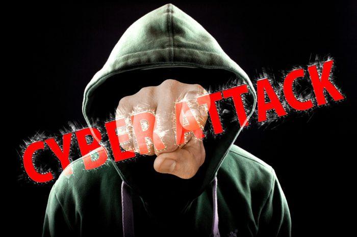 Windows-7-Sicherheit: Person im Hoodie, statt Gesicht eine Faust und dem Schriftzug Cyberattack. Bild: Pixabay