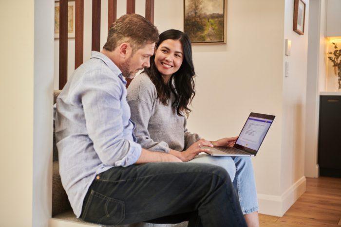 Digitale Signatur: Paar mit Laptop im Haus. Bild: Unsplash/DocuSign