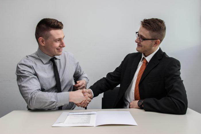 Digitale Signatur: Zwei Männer besiegeln Vertrag per Handschlag. Bild: Unsplash_Sebastian Herrmann