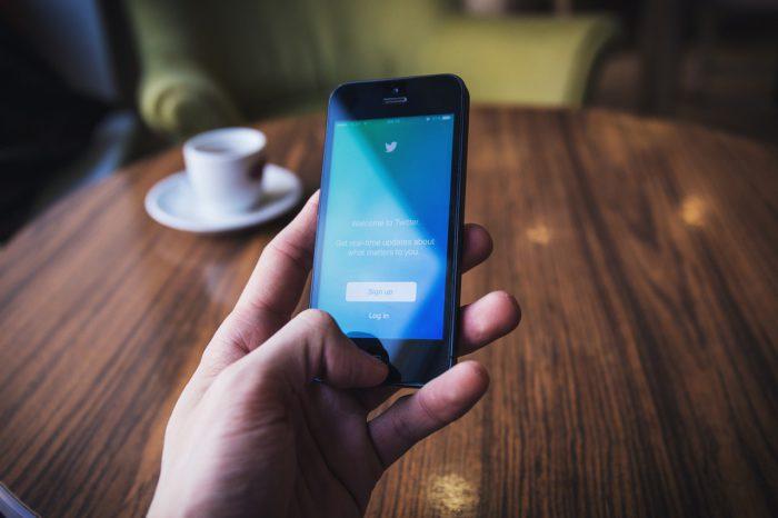 Fleets: Hand hält Handy, Twitter-Startseite auf dem Display. Bild: Pixabay