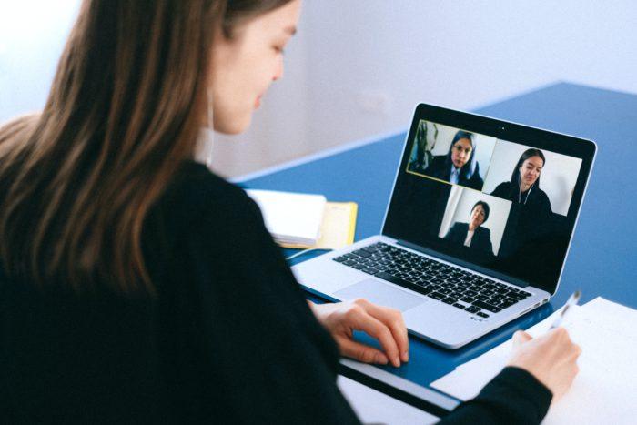 Zoom-Fatigue: Frau sitzt vor dem Laptop in einer Videokonferenz. Bild: Pexels/ Anna Shvets
