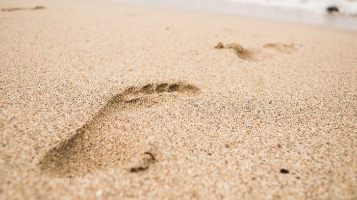Energie sparen: Ein Fußabdruck im Sand. Bild: Pexels/ ArtHouse Studio
