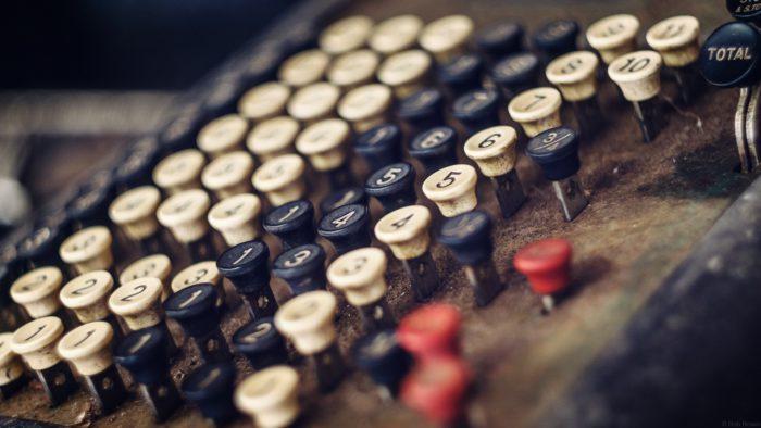 Kassensysteme: Die Tasten einer alten Kasse. Bild: Pexels