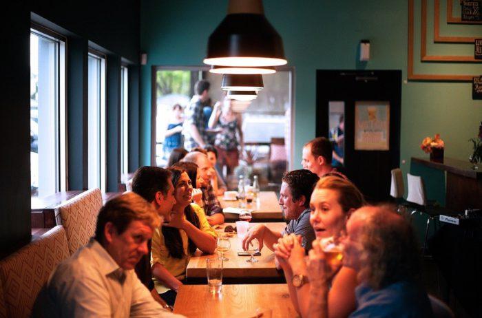 Luca-App: Szene im Restaurant, viele Leute an Tischen. Bild: Pixabay