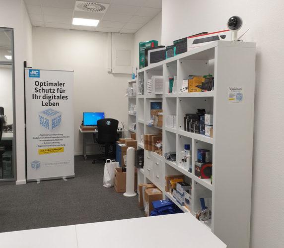 Regal mit Material, Schreibtisch mit Computer: der Arbeitsplatz von Frank Neumann. Bild: Frank Neumann