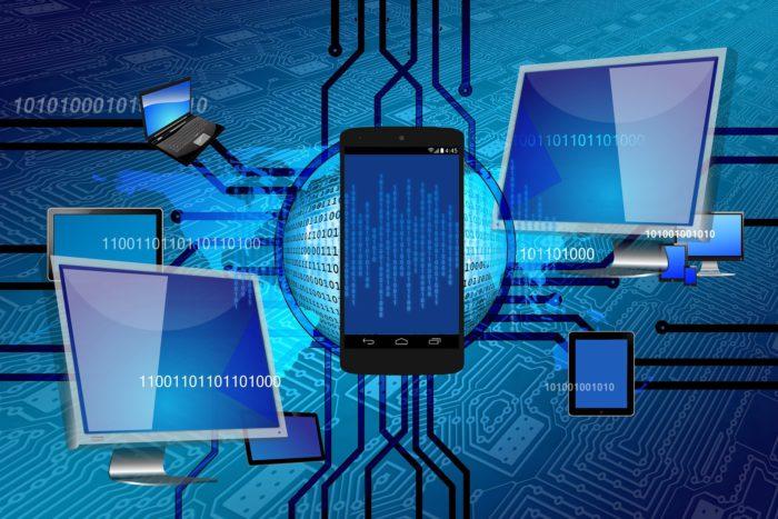 Was ist VPN? Binäre Zeichen, Weltkugel, Verbindungslinien und verbundene Geräte wie Computer, Handy, Laptop. Bild: Pixabay