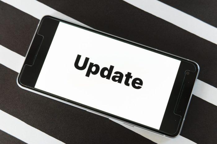Handy vor schwarz-weißem Hintergrund mit dem Schriftzug Update. Bild: Pixabay