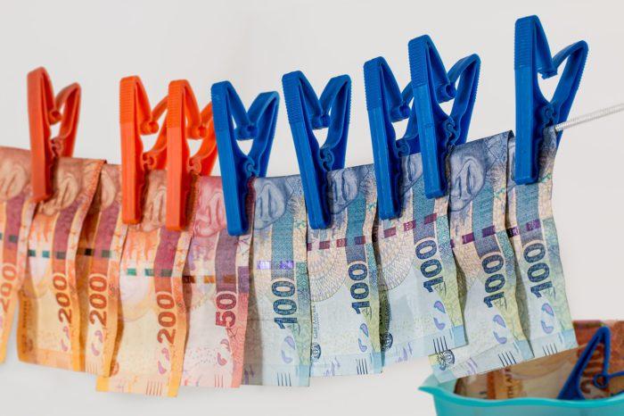 Wäscheleine mit aufgehängtem Geld symbolisiert den WhatsApp-Betrug. Bild: Pixabay