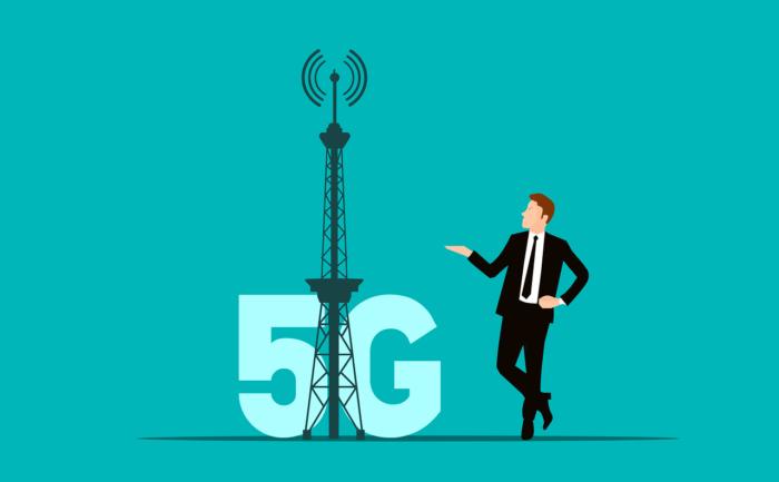 Ist 5G schädlich? Mann mit Mobilfunkantenne und im Hintergrund ein 5G Zeichen. Bild: Pixabay