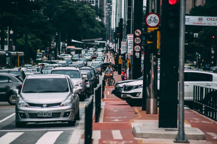 Kopf hoch. Straßenverkehr und Straßenlaternen. Bild: Pexels