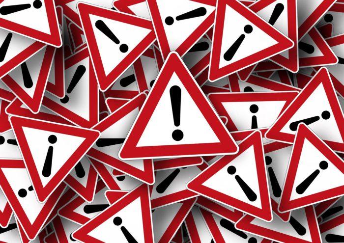Kopf hoch. Viele Straßenschilder mit Ausrufezeichen übereinander. Bild: Pixabay